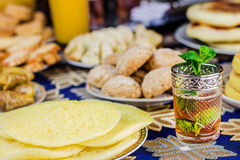 Μαροκινό τσάι με τα μπισκότα Στοκ φωτογραφία με δικαίωμα ελεύθερης χρήσης