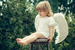 作为天使打扮的小男孩 免版税库存照片