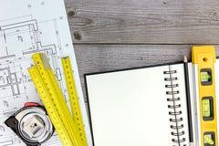 Χώρος εργασίας αρχιτεκτόνων με το σχεδιάγραμμα, τα εργαλεία, το σημειωματάριο και το μολύβι Στοκ εικόνα με δικαίωμα ελεύθερης χρήσης