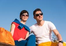 放松在长凳的两个朋友在漫步以后 免版税库存图片