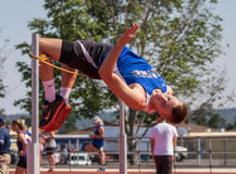 跳高运动员使它好 免版税库存图片