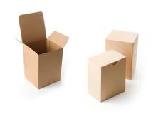 предпосылка кладет коричневым белизну в коробку изолированную картоном пакуя Стоковые Фото