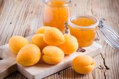 新鲜的杏子和自创杏子酸辣调味品在一个玻璃瓶子 库存照片