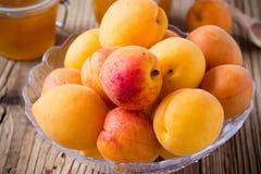 在玻璃碗和自创杏子酸辣调味品的新鲜的杏子 免版税图库摄影