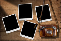 老照相机和立即照片框架 免版税库存图片