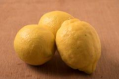 在木桌上的新鲜的柠檬 免版税库存图片