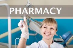 技术、互联网和网络在医学概念-医生按药房按钮在虚屏上 库存图片