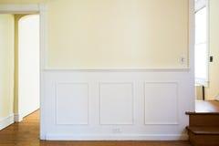 有装壁板盘区的传统墙壁 库存图片