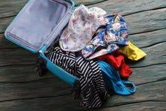 有衣裳的被打开的手提箱 免版税库存照片