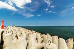 Κόκκινος φάρος δίπλα στον κυματοθραύστη, η θάλασσα της Βαλτικής Στοκ φωτογραφίες με δικαίωμα ελεύθερης χρήσης
