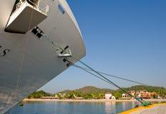 弓巡航靠码头的船 图库摄影
