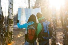 看地图的年轻夫妇远足者 库存图片