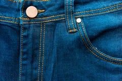 按钮和牛仔裤的前面口袋 免版税库存图片