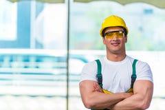 Ο νέος εργάτης οικοδομών που εργάζεται επί του τόπου Στοκ Φωτογραφίες