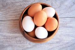 Καφετιά και άσπρα αυγά στο καφετί κύπελλο Στοκ εικόνες με δικαίωμα ελεύθερης χρήσης
