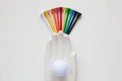 在白色的陶瓷手细节有高尔夫球的和发球区域求爱 免版税库存照片