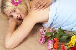 美丽的白肤金发的温泉妇女 免版税库存照片
