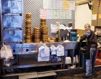 粤式点心街道食物卖主在孔孔 库存图片
