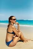 Женщина на пляже в лете Сексуальный счастливый женский модельный загорать Стоковое Изображение RF