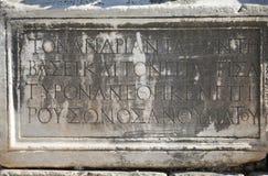 希腊在一个岩石的剧本古老信件在以弗所,土耳其 库存图片