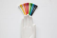 在白色的陶瓷手细节有高尔夫球的和发球区域求爱 库存图片