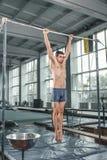 执行在双杠的男性体操运动员手倒立 库存图片