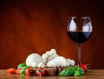 Κόκκινο κρασί γυαλιού και τυρί μοτσαρελών Στοκ φωτογραφία με δικαίωμα ελεύθερης χρήσης