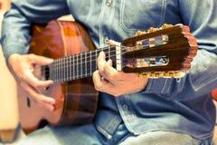 葡萄酒吉他演奏员 图库摄影