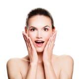 изолированная удивленная женщина Приколы Модель курорта с открытым ртом Стоковое Изображение