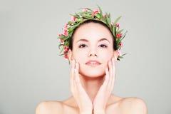 Женщина курорта с летом цветет венок Стоковое фото RF