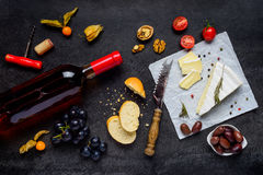 Αυξήθηκε κρασί με το τυρί και τα τρόφιμα Στοκ Εικόνες