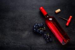 Αυξήθηκε κρασί με τα σταφύλια και το διάστημα αντιγράφων Στοκ Εικόνες