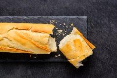 Σπασμένη φραντζόλα του γαλλικού ψωμιού Στοκ φωτογραφία με δικαίωμα ελεύθερης χρήσης
