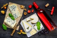Μπουκάλι του ροδαλού κρασιού με το τυρί Στοκ εικόνα με δικαίωμα ελεύθερης χρήσης