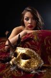 美丽的狂欢节屏蔽妇女 免版税库存照片