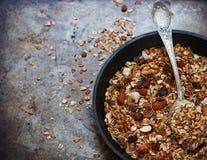 自创格兰诺拉麦片用葡萄干、核桃、杏仁和榛子 免版税库存照片