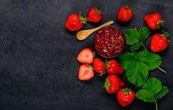 Φράουλες και μαρμελάδα φραουλών με το διάστημα αντιγράφων Στοκ φωτογραφία με δικαίωμα ελεύθερης χρήσης
