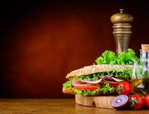 Σάντουιτς με τα συστατικά και το διάστημα αντιγράφων Στοκ φωτογραφία με δικαίωμα ελεύθερης χρήσης