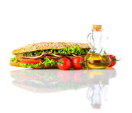 Σάντουιτς με τα φρέσκα λαχανικά που απομονώνονται στο άσπρο υπόβαθρο Στοκ Εικόνα