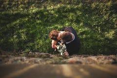 Красивые пары свадьбы, девушка, человек целуя и сфотографированный сверху Стоковая Фотография