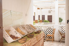 入口在乳脂状的颜色的美丽的餐馆与在桌上的种类在椅子附近 免版税库存图片