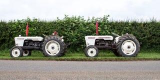 停放的两台葡萄酒大卫棕色白色拖拉机  免版税图库摄影