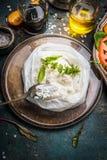 在黑暗的土气厨房用桌上的手工制造乳清干酪乳酪与意大利食品成分 免版税库存照片