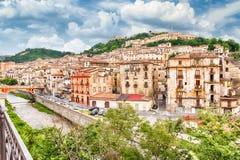 老镇的风景看法在科森扎,意大利 免版税库存图片