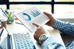 分析财政图的企业顾问表示在公司工作的进展  库存图片
