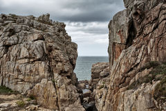 Παραλία και πέτρες στη ρόδινη ακτή γρανίτη στη Βρετάνη Γαλλία Στοκ Εικόνα