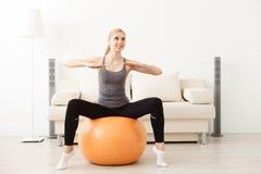在家做瑜伽的少妇 免版税库存照片