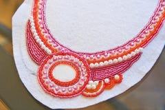 珠饰细工 在工作期间的细节项链 免版税库存照片