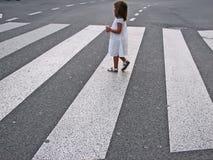 横穿女孩少许街道 免版税库存照片