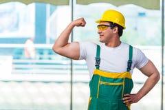 Ο νέος εργάτης οικοδομών που εργάζεται επί του τόπου Στοκ Εικόνες
